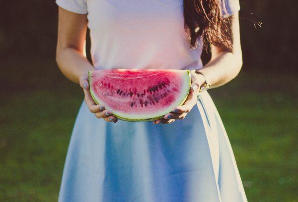 Девочка с арбузом в руках